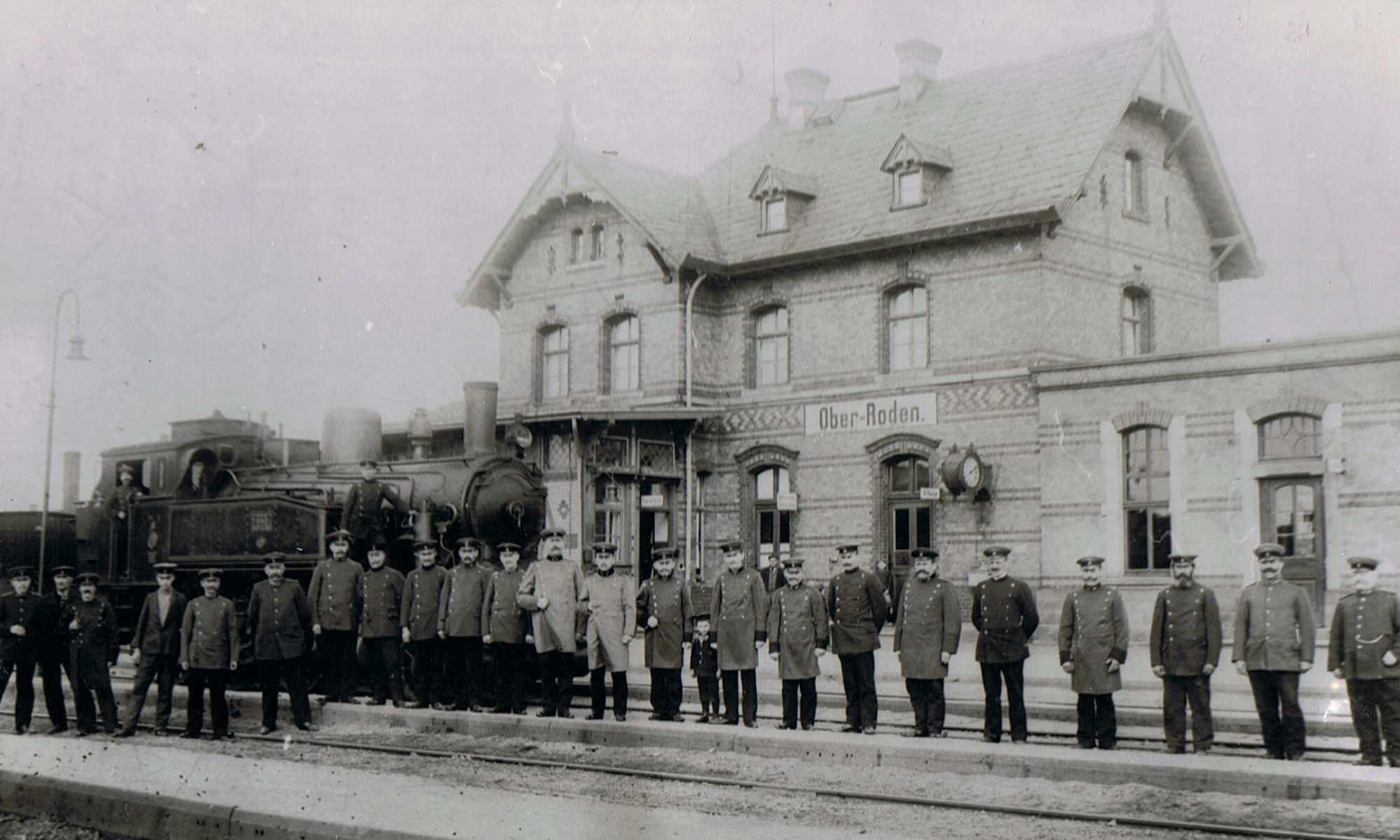Gruppenfoto mit Tenderlok (ca. 1908)