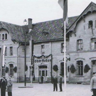 Bahnhof mit Festschmuck zum Dreieichbahnjubiläum (ca. 1955)