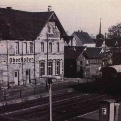 Gleisseite mit Blickrichtung evangelische Kirche (ca. 1969)