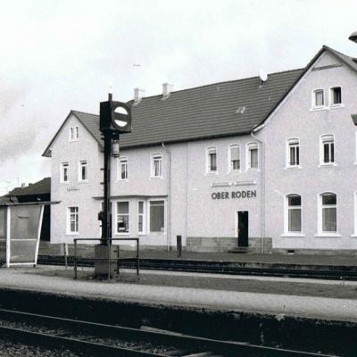 Gleisseite mit Fußgängerüberweg links im Bild (ca. 1990)